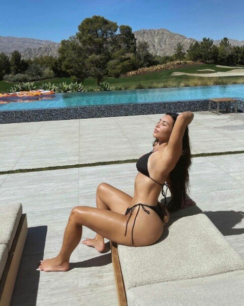 Ким Кардашьян новые фото в купальнике 2021 — любимая фигура