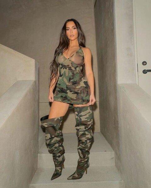 Ким Кардашьян в камуфляжном мини-платье и сапогах